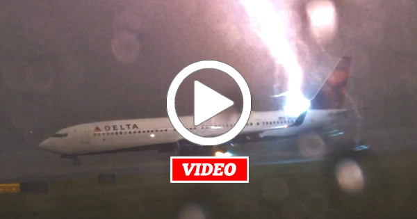 VIDEO: Lightning Strikes A Delta Aircraft and it Looks Spectacular!